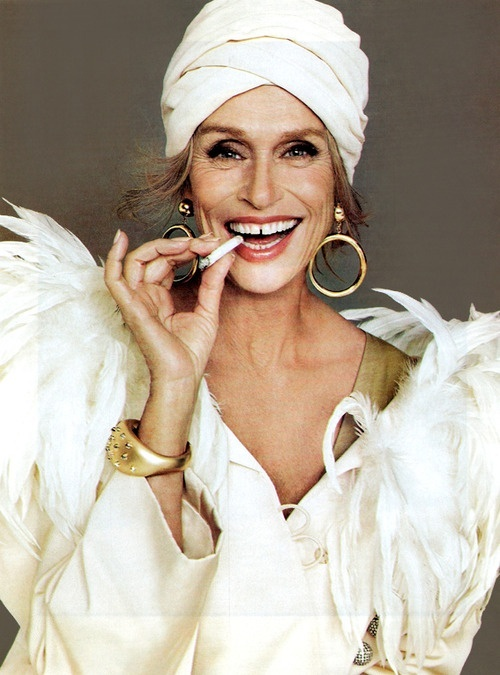 Lauren Hutton Con Turbante Y Pendientes2